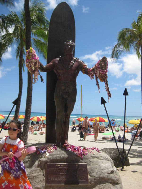 On Kuhio Beach, a bronze statue of Duke Kahanamoku welcomes you to Waikiki with open arms